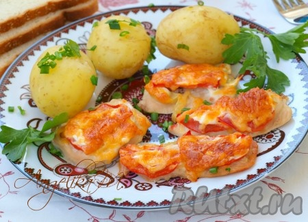 Запекать 35-40 минут в духовке, разогретой до 200 градусов. Филе индейки, приготовленное с помидорами и сыром, получается невероятно вкусным. Отварной картофель станет прекрасным гарниром к этому блюду.