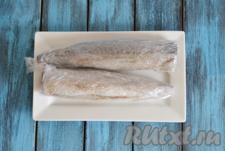 Плотно заматываем скумбрию пищевой пленкой в несколько слоев и отправляем в холодильник на 2 суток.