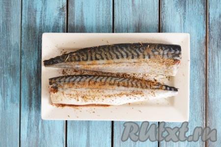 Снаружи и внутри натираем рыбу солью и специями.