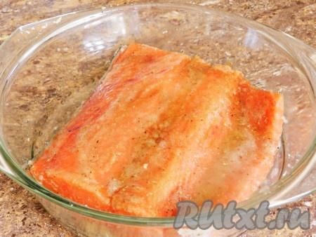 Половину рыбу натереть смесью соли, сахара и специй. Смазать смесью масла и вустерского соуса.