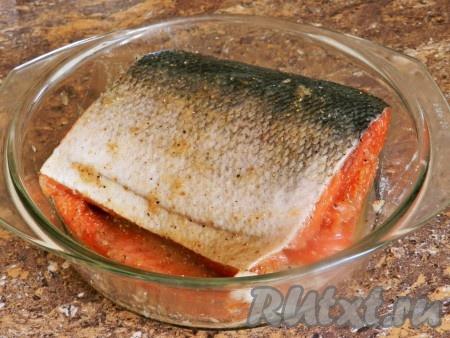 Тоже самое сделать со второй половиной рыбы, сложить половинки вместе. Поместить кету в удобную посуду, лучше всего в стеклянную, накрыть крышкой. Оставить на 2-3 часа при комнатной температуре, затем убрать в холодильник на сутки или более.