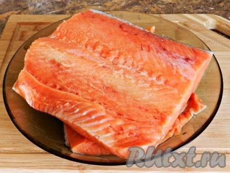 Рыбу разморозить. Правильно размораживать рыбу нужно на нижней полке холодильника, ни в коем случае не использовать микроволновку или теплую воду. Затем кету очистить и хорошо промыть. Разрезать пополам, удалить хребет и кости.