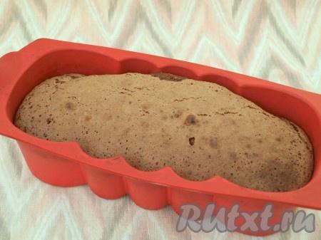 Нагреть духовку до 180 градусов и печь шарлотку с ягодами 45-50 минут. Тесто великолепно поднимается.