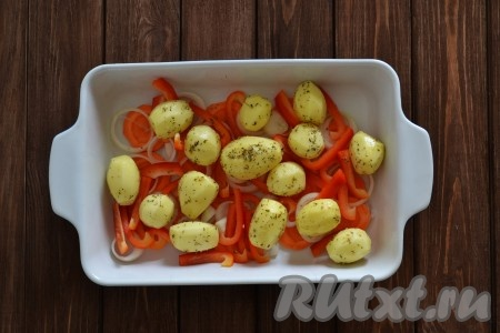 Очищенный картофель солим, посыпаем прованскими травами и выкладываем в форму.