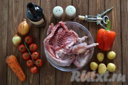 Подготовим все необходимые ингредиенты для приготовления кролика в красном вине.