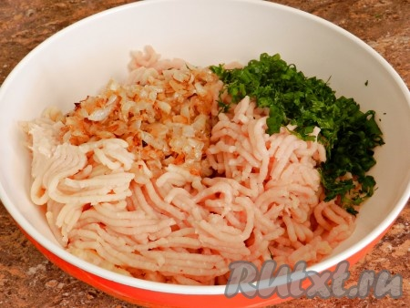 Добавить обжаренный лук, мелко нарезанную зелень, соль и перец по вкусу.