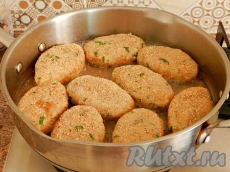 Жарить котлеты на хорошо разогретой сковороде на растительном масле до золотистой корочки. Сначала одну сторону.