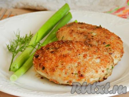 Вкусные и сочные куриные котлеты с картошкой готовы.