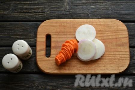 Нарезаем кольцами очищенные морковь и лук.