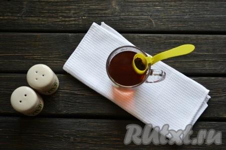 Заварку или пакетики) заливаем 250 мл кипятка и оставляем на 5 минут, чтобы чай заварился.