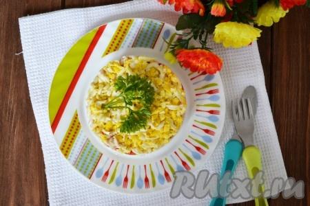 Украшаем веточкой петрушки и подаем на стол яркий, вкусный, сытныйсалат из курицы и грибов.
