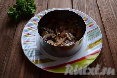 Сверху куриное мясо смазываем крем-сыром (примерно 1 столовой ложкой) и выкладываем грибы.