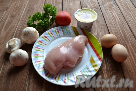 Подготовим все необходимые ингредиенты для приготовления слоеного салата с курицей и грибами.