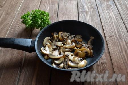 На горячую сковороду вливаем растительное масло и выкладываем нарезанные пластинами грибы. Обжариваем до красивого румяного цвета, 2-3 минуты, иногда помешивая. Во время жарки подсаливаем.