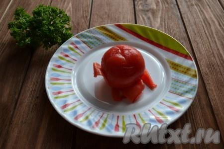 На помидорах делаем крестообразный надрез, обдаем кипятком, сразу же снимаем шкурку и нарезаем мелкими кубиками, убирая семена (для салата используем только плотную часть помидора).