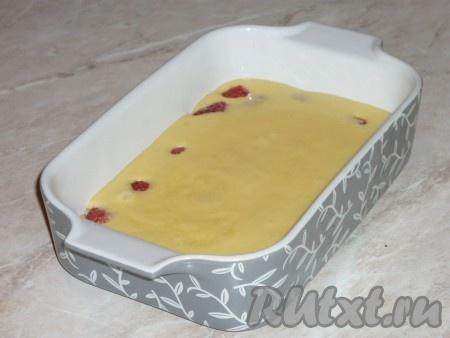 Залить малину тестом. Тесто не должно заполнять форму больше, чем на половину, так как при выпечке клафути очень хорошо поднимется.