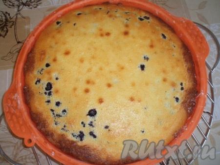 Очень вкусный пирог с черникой на творожном тесте готов. Подавать лучше в остывшем виде.