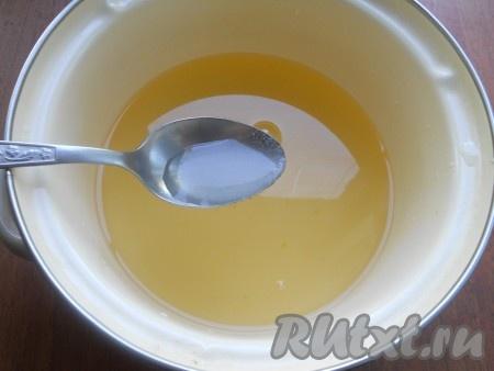 Далее воду снова слить в кастрюлю, добавить сахар и лимонную кислоту. Дать сиропу закипеть (сахар должен раствориться).