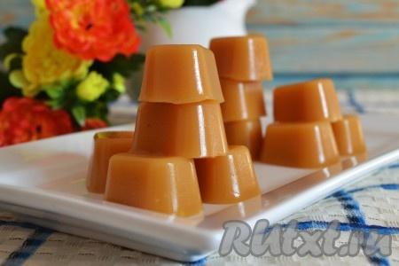 """Очень вкусные конфеты """"Ириски"""" готовы. Вот так просто в домашних условиях из сметаны и сахара можно приготовить прекрасное лакомство для всей семьи."""