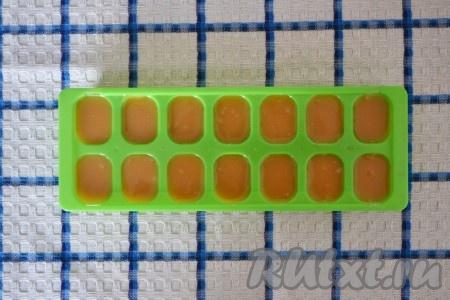 Время варки конфет можно регулировать по своему вкусу: если варить 40 минут, то ириски будут легко тянущимися, а если варить 1 час, как я, то конфеты получатся более плотными. Готовую массу разливаем по формам (я использовала обычную форму для льда, но можно использовать и любую другую, а затем разрезать ножом в произвольной форме). Формы смазывать не нужно! Отправляем в холодильник на 20 минут.