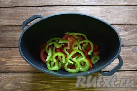 Выкладываем овощи в казан.