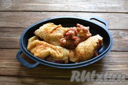 С гуся срезаем кусочки жира и разогреваем на сковороде (гусиный жир можно заменить 1 столовой ложкой подсолнечного масла). На сковороду с вытопившимся жиром (или с разогретым маслом) выкладываем подготовленные кусочки гуся и обжариваем на сильном огне до красивого, румяного цвета.