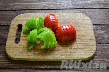 Моем овощи и нарезаем полукольцами, предварительно из перца удаляем короб с семенами.