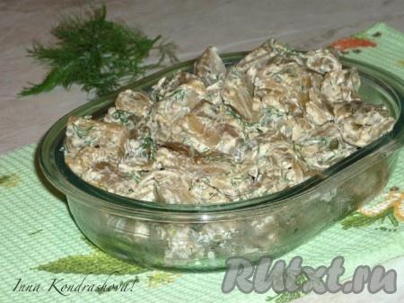 Переложить баклажаны, жареные, как грибы, в салатницу и можно подавать на стол в горячем или холодном виде.<br />