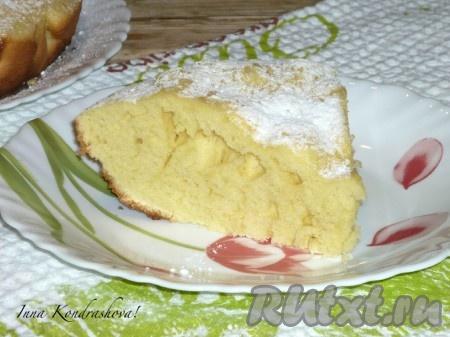 На фото видно, каким воздушным получается бисквит, приготовленный на сковороде без духовки. По желанию при подаче его можно посыпать сахарной пудрой или разрезать на слои и смазать кремом, сгущённым молоком или вареньем.