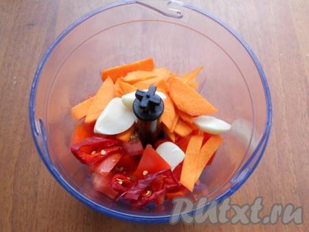 Добавить сюда же нарезанные морковь, чеснок и перец чили.