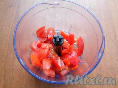 В чашу блендера поместить нарезанные помидоры и болгарский перец (перец предварительно освободить от семян).