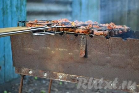 Можно проверить готовность свинины, сделав надрез ножом если появившейся сок прозрачный - мясо готово).