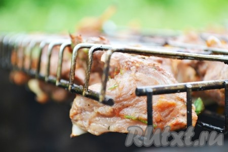 Выкладываем мясо на барбекю или нанизываем на шампуры и жарим на раскаленных углях, периодически переворачивая. Это займет 15-20 минут.