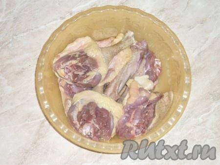 Гуся разрезать на порционные кусочки, вымыть холодной водой и обсушить. Мясо посолить и поперчить по вкусу, оставить на 20-25 минут.