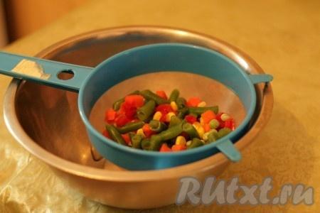 Овощи если используете замороженные овощи) необходимо выложить в сито и оставить размораживаться около 30 минут).