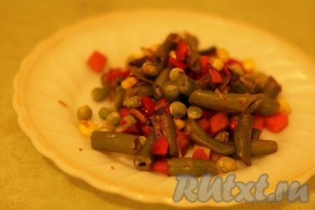 Выложить в форму от мультиварки и поставить на режим «Выпечка» на 15 минут, один раз перемешать. Яичный желток и белок натереть на терке в 2 разные тарелки. Желток смешать с готовыми овощами, добавить оставшееся растительное масло.
