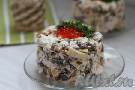 Салат с курицей, грибами и яичными блинчиками готов, можно его подать порционно или выложить в салатник, кому как больше по вкусу.
