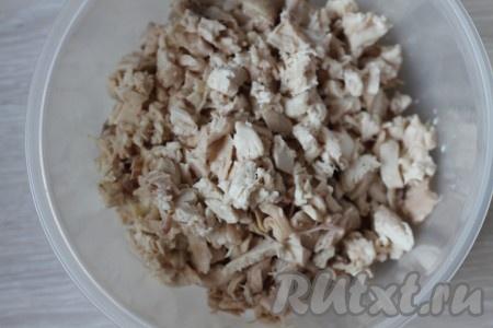 Закладываем курицу в кипяток, так в ней сохранится больше полезных веществ и мясо будет вкуснее. Воду солим и варим курицу до готовности, даем остыть, отделяем от костей и нарезаем на небольшие кусочки.