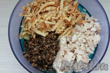 Соединяем грибы, куриное мясо и блинчики.