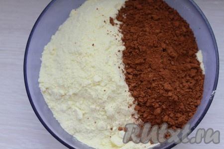 """Соединить и хорошо перемешать сухую молочную смесь """"Малютка"""" и какао."""