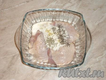К кусочкам курицы добавить сметану, выдавленный через пресс чеснок, соль, перец и сухой розмарин, перемешать, накрыть плёнкой и отправить в холодильник на несколько часов, чтобы мясо пропиталось маринадом.