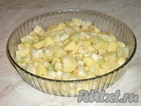 Кабачки вымыть и нарезать кубиками средней величины, выложить на картошку.Если кабачок молодой, кожицу снимать не надо.