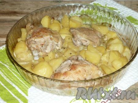 Накрыть форму с кабачками, картошкой и курицей фольгой и отправить в разогретую до 180 градусов духовку на 30 минут. Затем блюдо достать из духовки, полить овощи соком, который образовался в форме в процессе запекания. Куриное мясо перевернуть и отправить ещё на 30 минут запекаться. Затем фольгу снять и готовить блюдо до готовности ещё 15-20 минут. Курочка должна стать золотистой, а овощи - мягкими и полностью приготовленными.