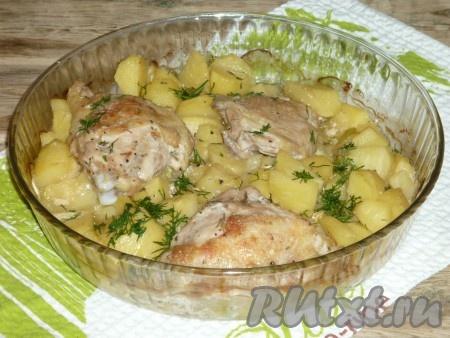 Курицу с кабачками и картошкой достать из духовки, посыпать измельчённой зеленью.
