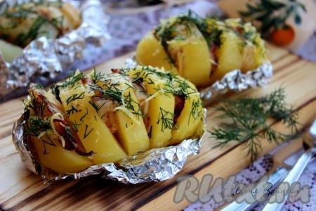 Вот такая картошка-гармошка, запеченная с беконом в духовке, у меня получилась. Подавайте это аппетитнейшее блюдо обязательно в горячем виде в качестве гарнира с салатом из свежих овощей и зелени.{amp}#xA;