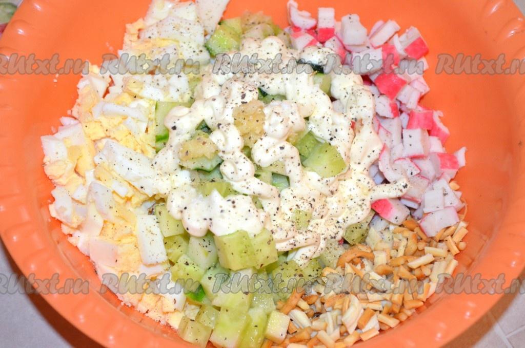Салат из сыра косичка и крабовых палочек