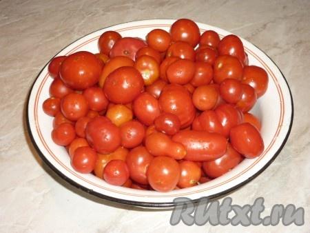 На 1 литр томатного сока понадобится около 1,2-1,5 кг помидоров. Цвет и вкус будущего томатного сока будет зависетьот спелости помидоров. Помидоры нужно брать спелые, ярко-красного цвета. Помидоры вымыть, если они крупные - разрезать на четыре части.