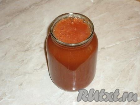 Разлить томатный сок по простерилизованным банкам