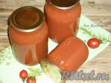 Очень вкусный томатный сок из помидоров, прокрученных через мясорубку, на зиму готов. Такой сок отлично хранится в условиях городской квартиры.