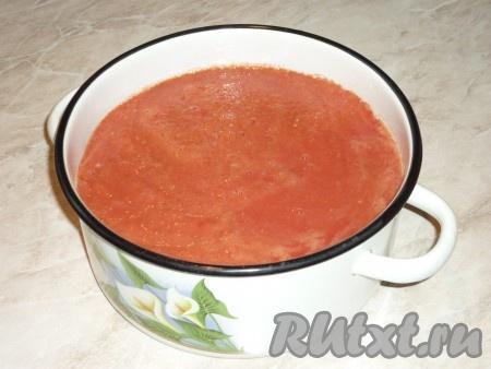 Чистый сок (без семечек и кожуры) вылить в кастрюлю и отправить на огонь. Довести до кипения, уменьшить огонь, добавить соль и сахар, проварить на небольшом огне 10 минут. Соль и сахар добавить на свой вкус, я использую спелые домашние помидоры, они сами по себе сладкие, поэтому сахар я не добавляю, только соль. При варке сока будет появляться пена, снимать её не обязательно,по мере варки сока она пропадет.